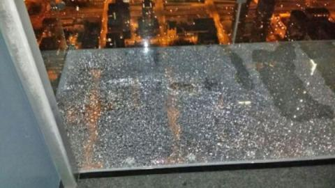 Willis Tower(Sears Tower) Skydeck Glass Cracks under Tourists' Feet
